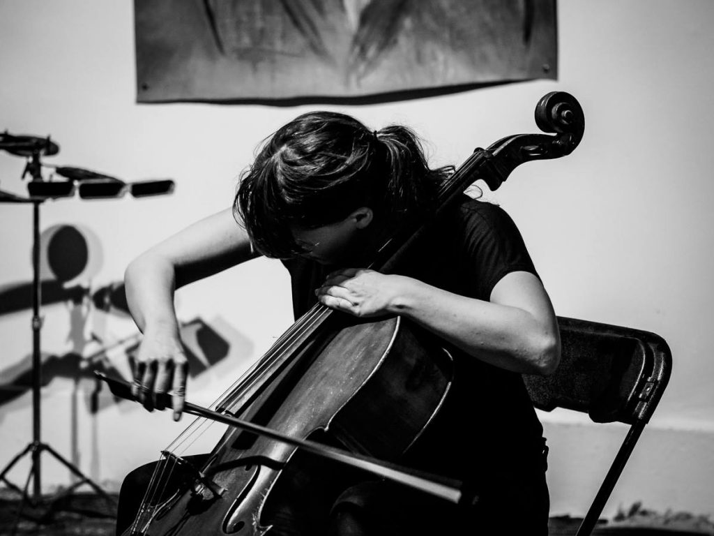 Photo of Leila Bordreuil playing cello